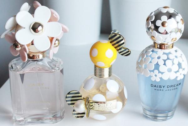 小雏菊被认为是二十多岁女孩最适合用的香水之一。光看瓶子都那么有爱,多少女孩冲着瓶子下单的呀~香味清新淡雅,又不失俏皮可爱,一种清新的小甜蜜,会让人感觉温暖又有朝气~ Marc Jacobs 小雏菊粉色清甜香水,125ml,(图左)现价$65.03 这款香不太容易出错的,淡淡的花果香什么场合都可以hold住。仿佛一个精力充沛四射,古灵精怪的俏皮女孩,这款比原版更热情活泼,带来欢乐又阳光的青春活力,散发清新而纯粹的迷人风采。 Marc Jacobs 小雏菊蜜蜂淡香水,100ml,(图中)现价$46.