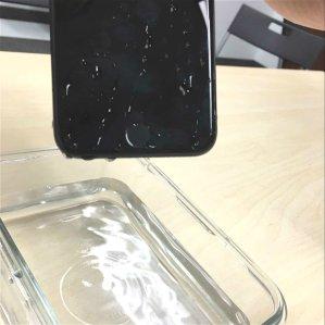 他们把iPhone扔进水里了!粉丝实测iPhone 7 & 7 Plus开箱报告