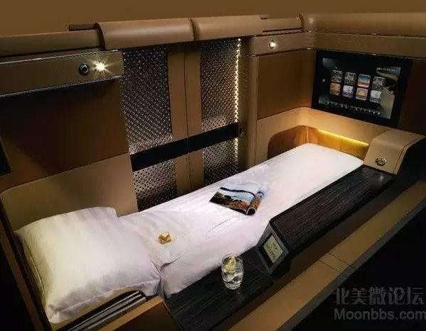 纽约往返迪拜的头等舱票价大概花费$14,000 到$16,000。 国泰航空有限公司(Cathay Pacific Airways) 国泰航空头等舱只能容纳6至9名乘客,舒适的座椅可180度调节。还为乘客提供精致的羽绒被,小枕头和一套睡衣。