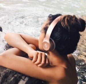 Beats Solo2 Wireless On-Ear Headphones (Rose Gold)