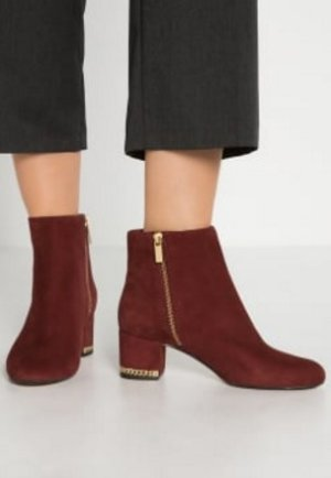 Up to 62% OffSelect Boots and Shoes @ Michael Kors