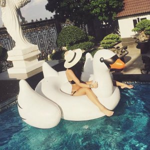 International Leisure Giant Swan,75 inches