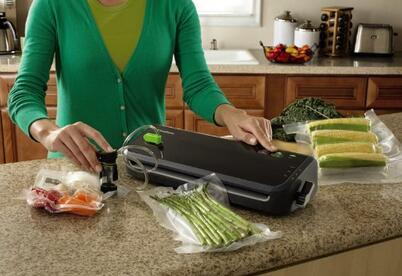 FoodSaver FM2000-000 Vacuum Sealing System with Starter Bag/Roll Set