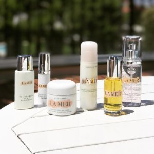Enjoy a deluxe sample duo of The Renewal Oil and Crème de la Merwith $100 purchase