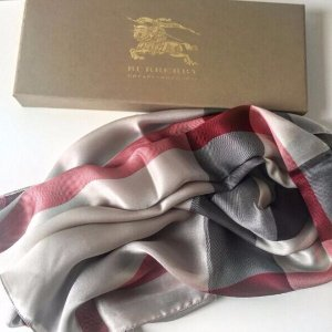 Up to 28% OffBurberry Woman Scarves Sale @ Gilt