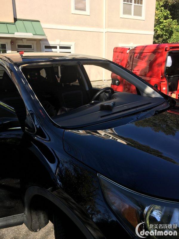 汽车挡风玻璃被砸了一个洞