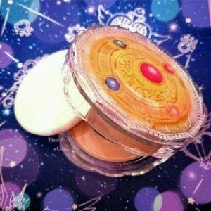 $25.5(RMB173.2)直邮中美美少女战士25周年纪念限量版 凡尔赛 肌莹浪漫奇迹 蜜粉饼