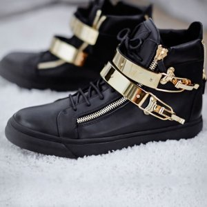 40% OffSelect Sneakers @ TESSABIT