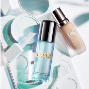 Enjoy a trio sample offer of The Lifting Eye Serum, The Regenerating Serum and The Moisturizing Soft Creamwith any online purchase