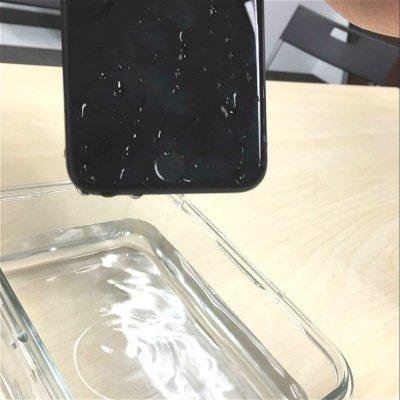 他们把iPhone扔进水里了!
