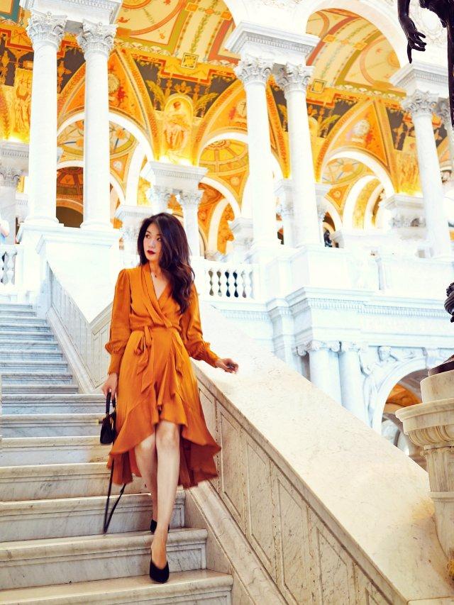 那个穿金色连衣裙踩金属圆圈圈高跟鞋...