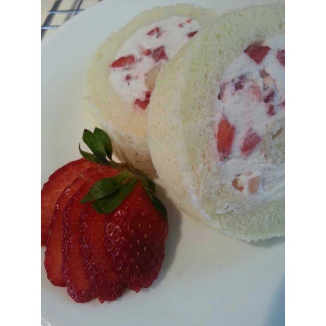 小清新的餐后甜点~~草莓🍓戚风蛋糕卷✨✨