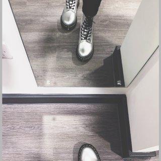 超酷银色Dr.Martens马丁靴...