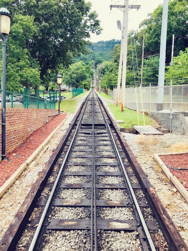 全美最陡的小火车 接近直角斜立山间