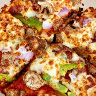 垃圾食品爱好者快尝:肯德基必胜客联名披萨...