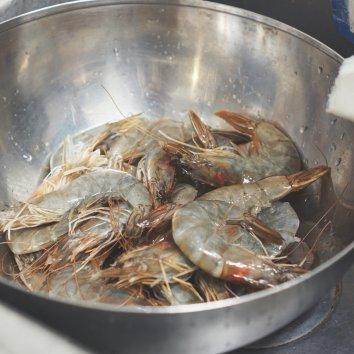 从小爱吃虾,每次买急冻虾第一件事就是化冰洗干净+挑虾线...