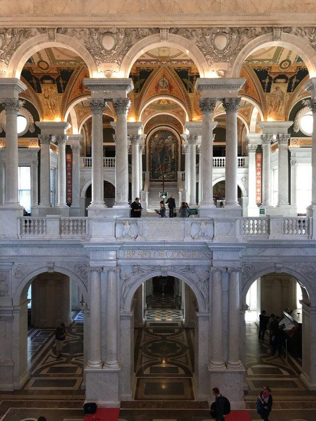 DC的国会图书馆位于国会大厦的对面...