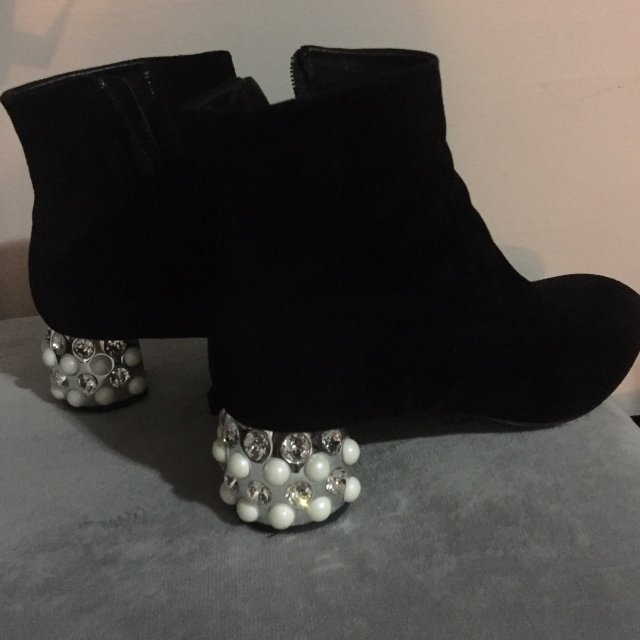 Miumiu 的珍珠钻跟靴