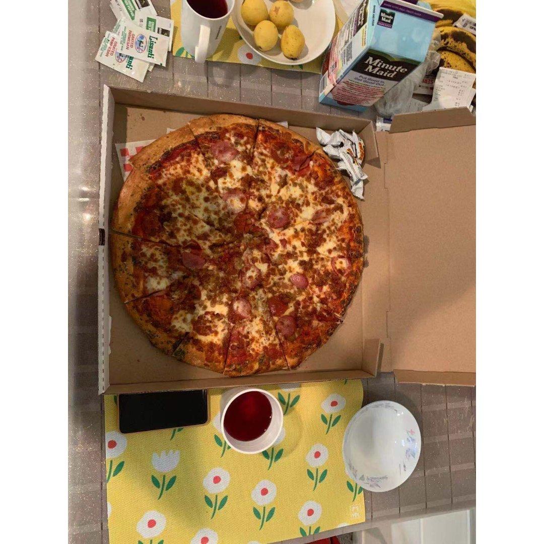 晒晒昨晚两个人吃光的18寸披萨