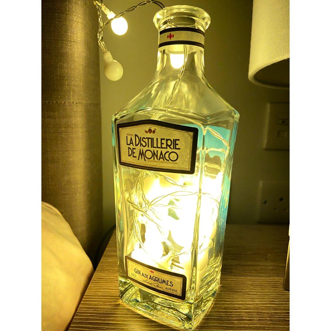 用喝完的Gin酒瓶做了个灯...