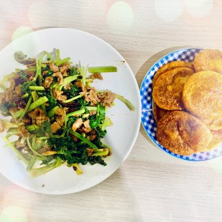 芹菜炒牛柳,红薯糯米饼