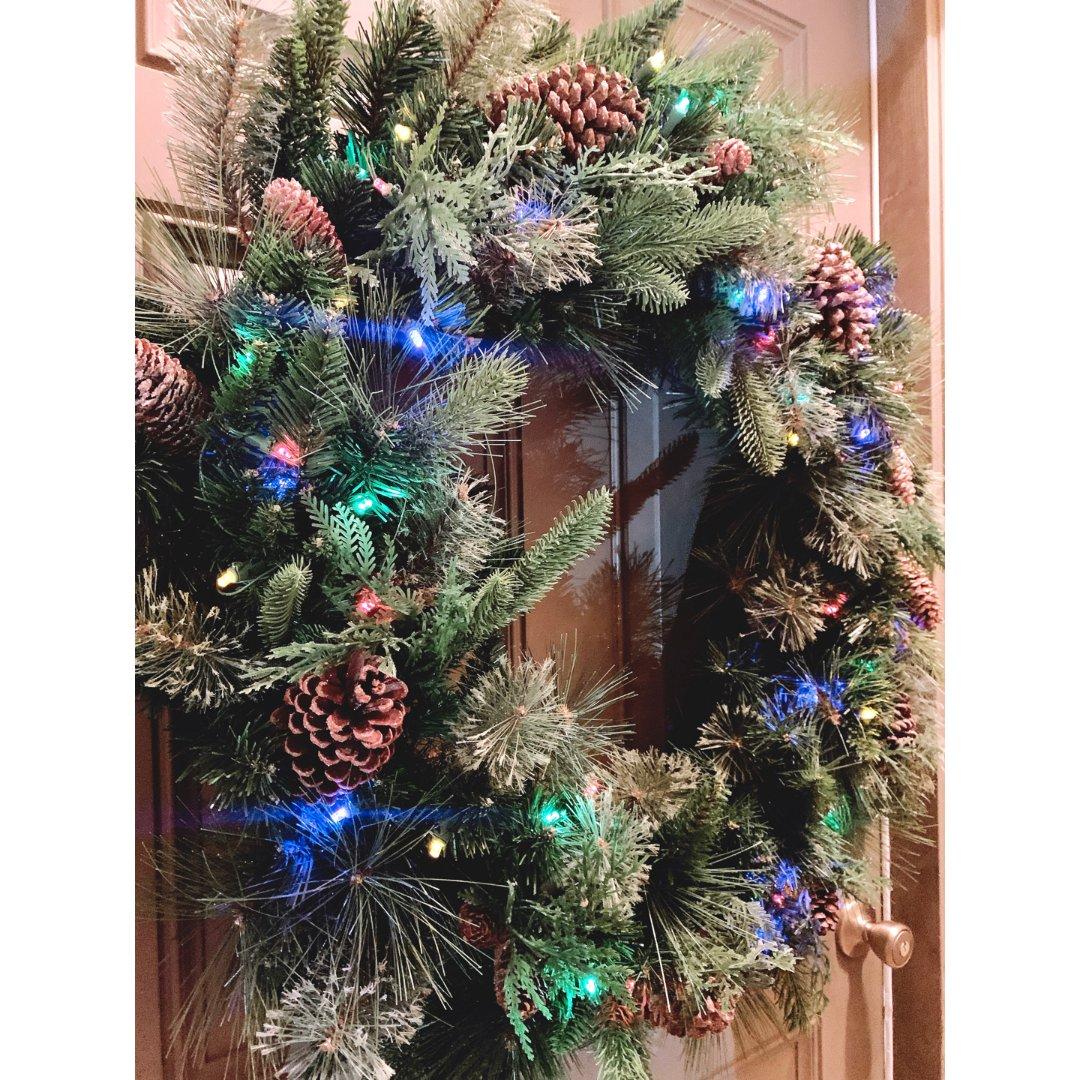 也剁手了一些圣诞装饰,把狗窝点缀了一下。