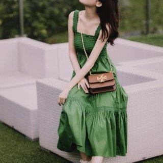 墨绿色的连衣裙也太美了吧!...
