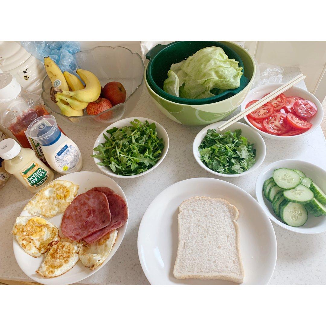 今天是维生素满满的一天 超健康三文治 🥪...