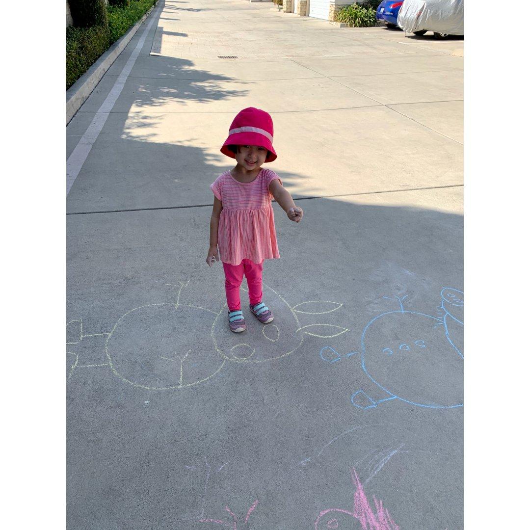 玩粉笔画佩奇全家