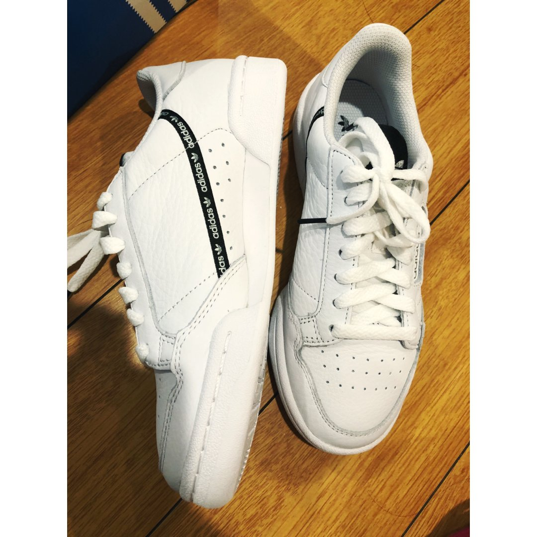 Adidas白鞋纸👟❤️人脚🦶一双...