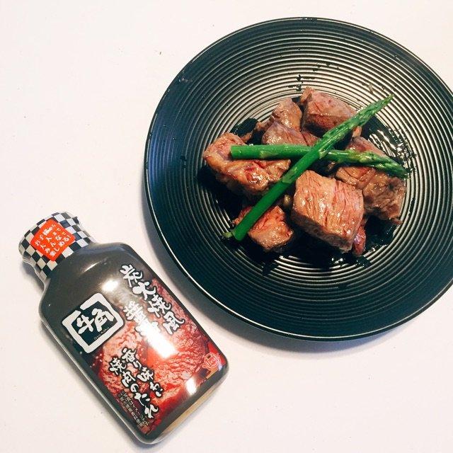 晚餐吃香煎小牛肉配牛角的蘸酱<br...
