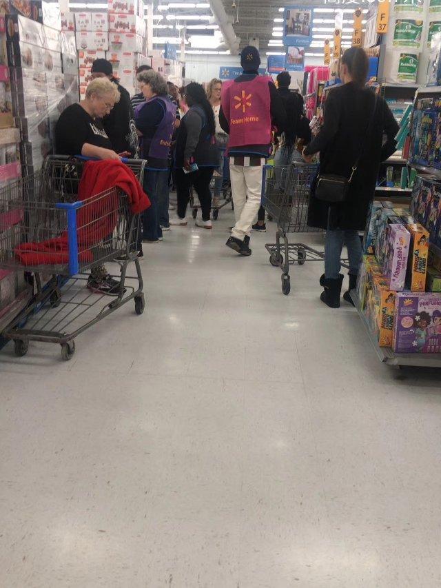 今晚Walmart 人山人海,挤爆啦