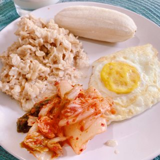 减脂的早餐2⃣️,麦片,煎蛋,泡菜和香蕉...
