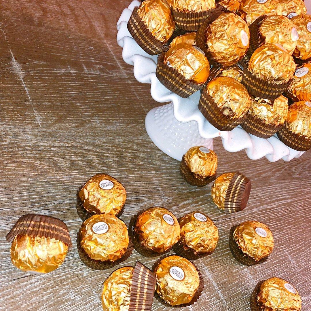 两刀一大盒的费列罗巧克力