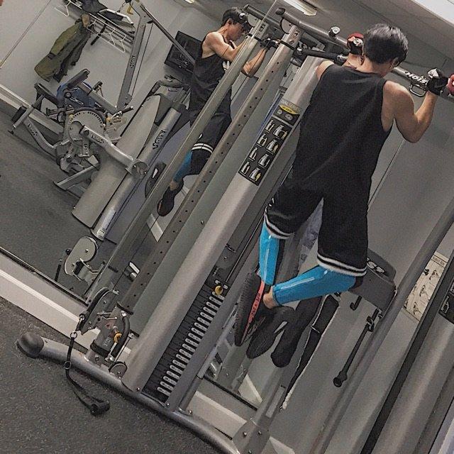 男生健身穿着舒服是第一位,看起来专...