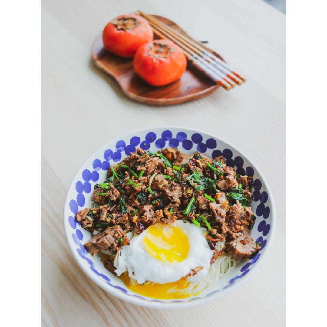方便午饭香菜牛肉拌面 经典调料新吃法...