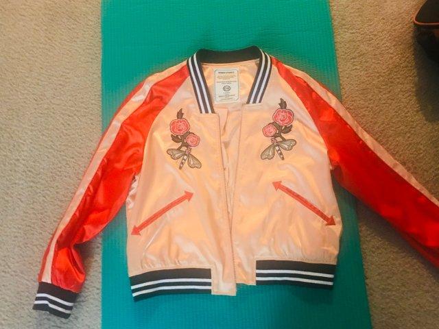 一件粉嫩的小夹克