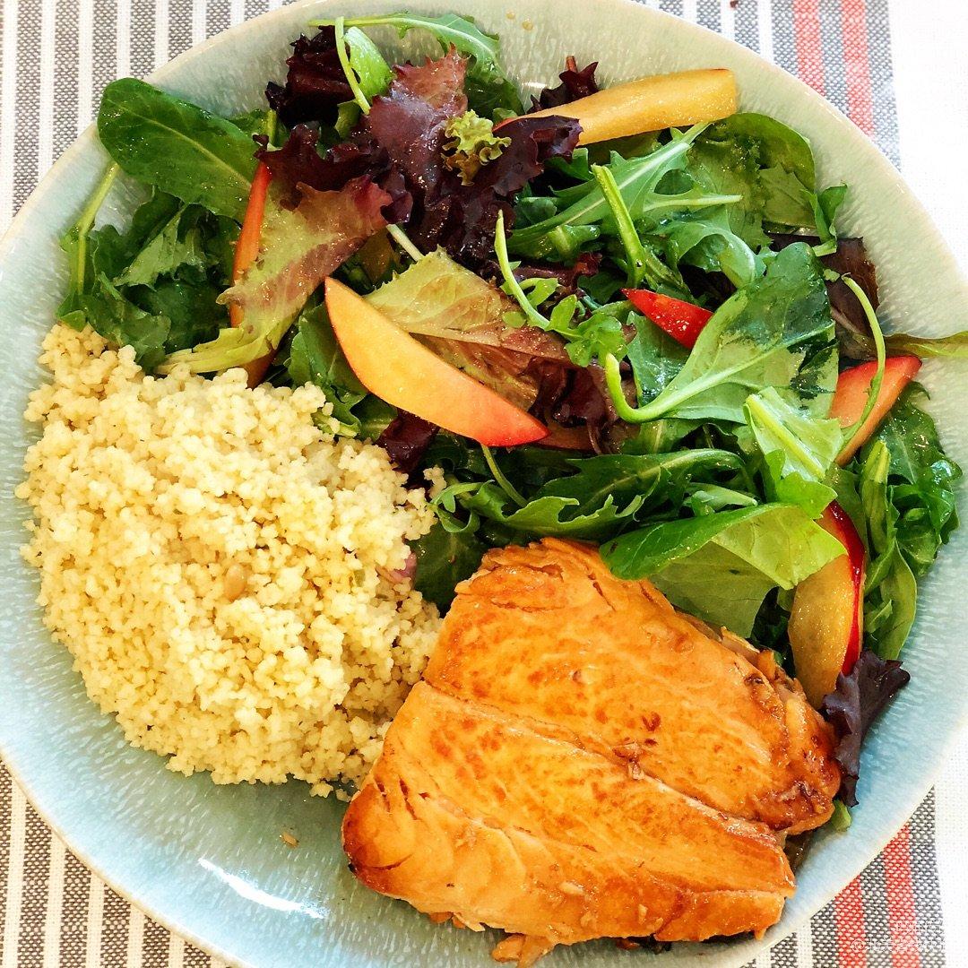 低脂好营养的三文鱼粟米蔬菜沙拉 <...