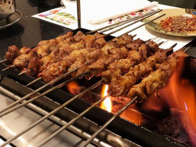 法拉盛朝鲜族串店 - 自己围着火堆...