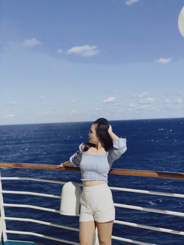 蓝色一字肩与海洋共舞,美丽的风景
