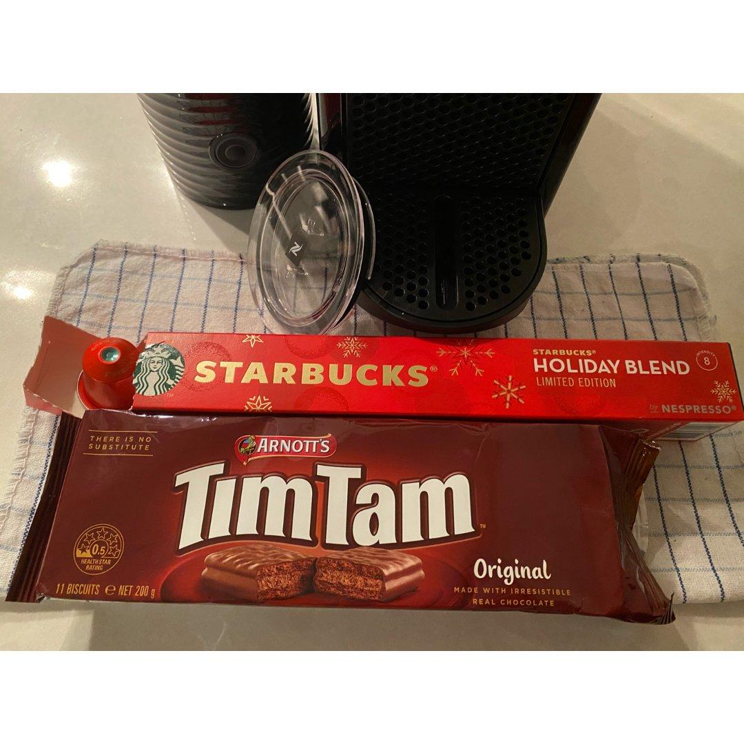 一口timtam 一口星巴克咖啡
