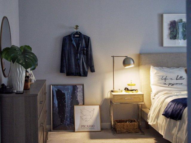 卧室小设计,在床边加个挂衣位