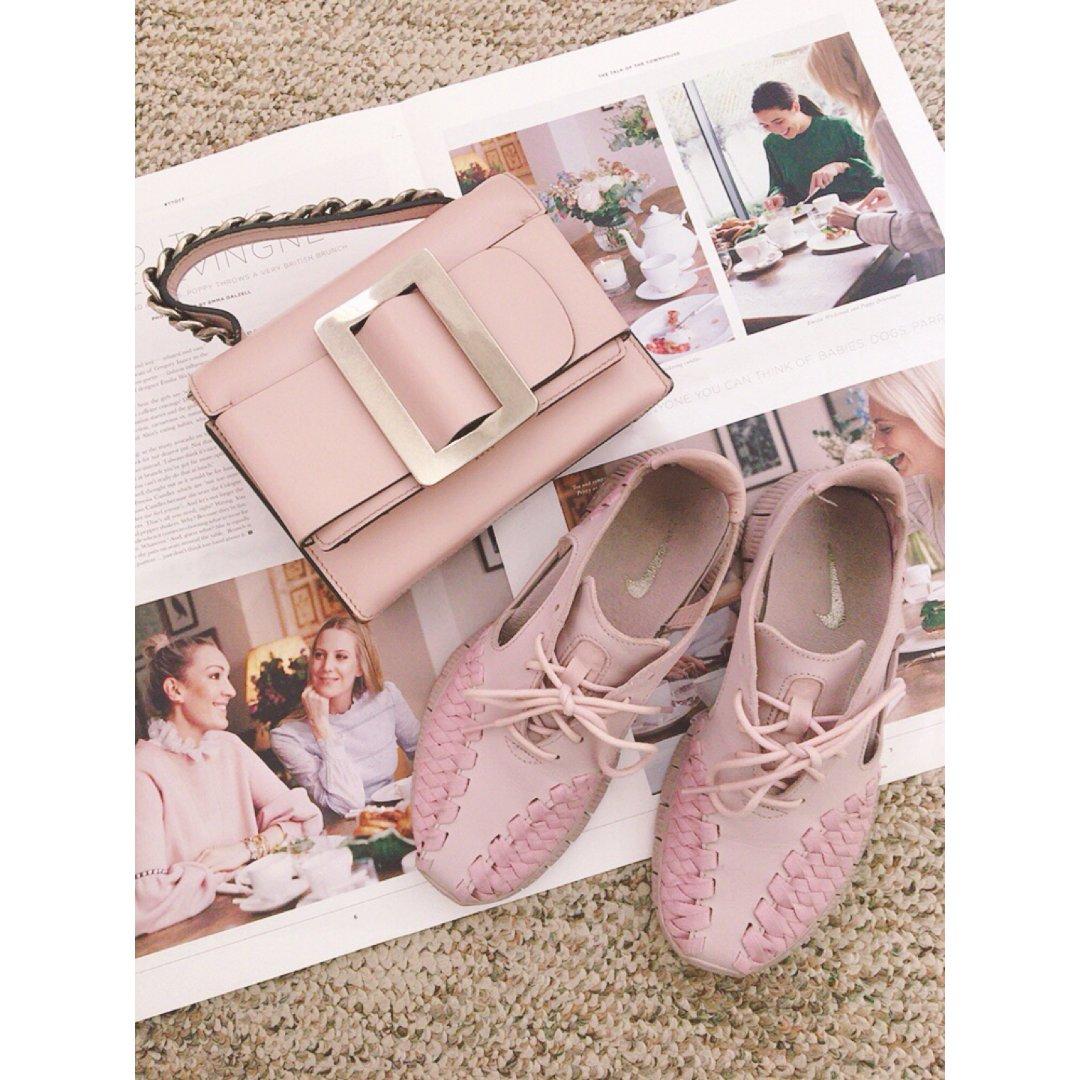 鞋包同一色3️⃣情人節來點不甜膩的...