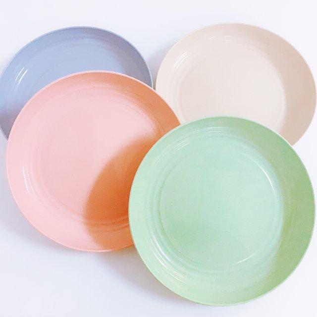 颜色鲜亮的小麦秸秆材质的彩色盘子