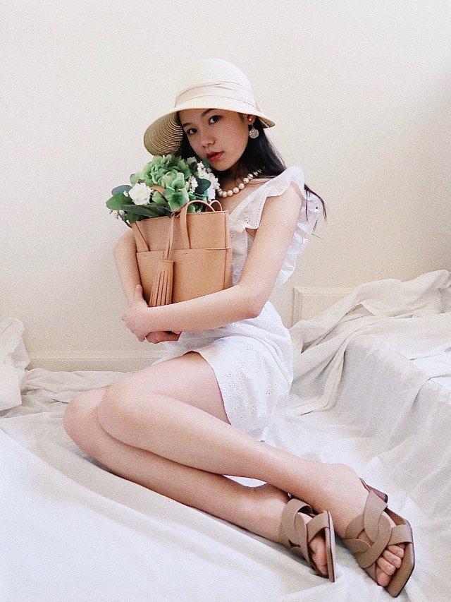 在家拍大片🎬|淡黄的帽子,白色的短裙