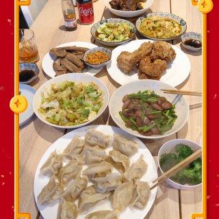 饺子,蒜苔炒腊肠,卤鸭翅,炸鸡,拍黄瓜