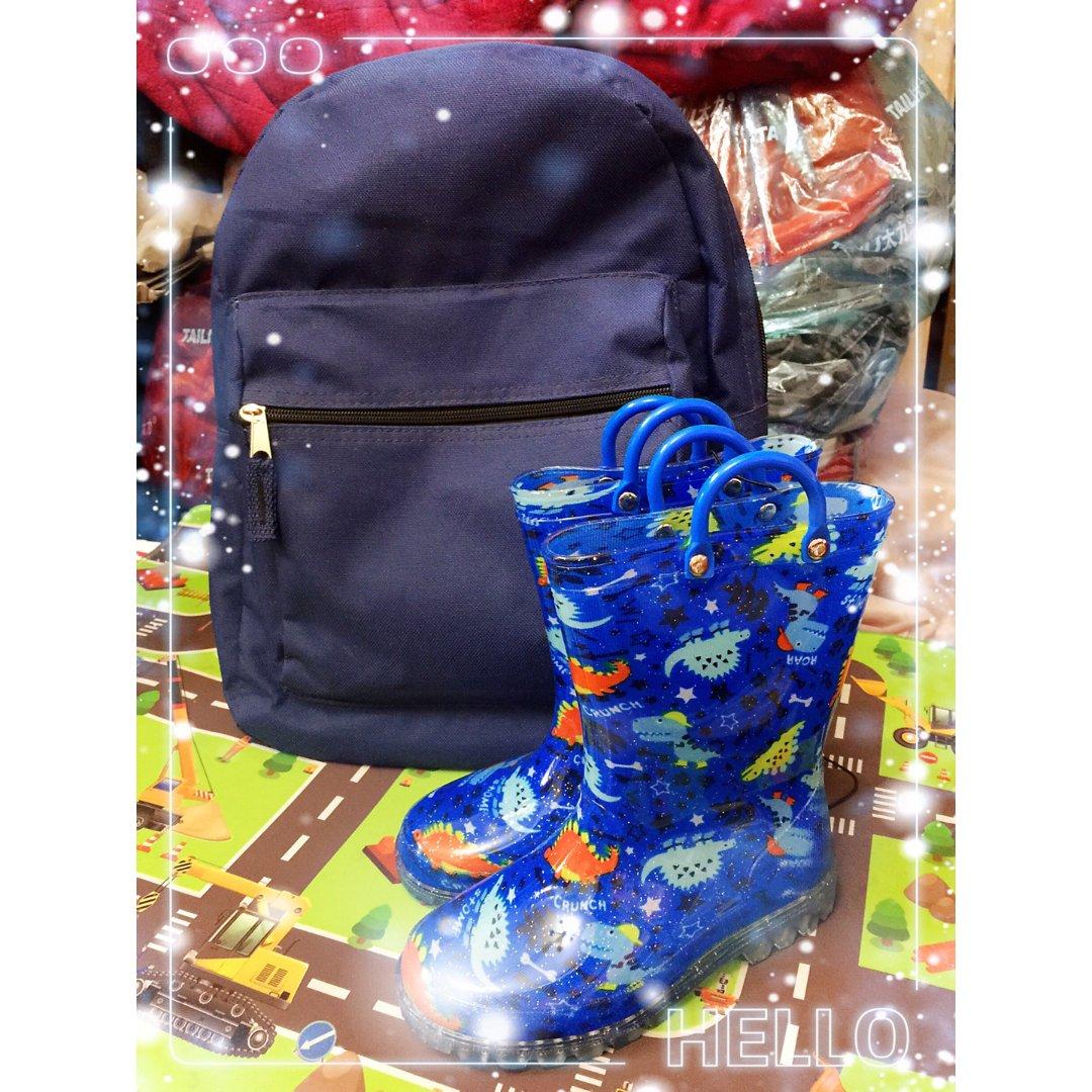小哥哥的蓝书包和蓝雨靴!