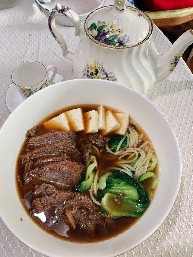 酱牛肉和酱牛肉汤汁做的真牛肉米线。