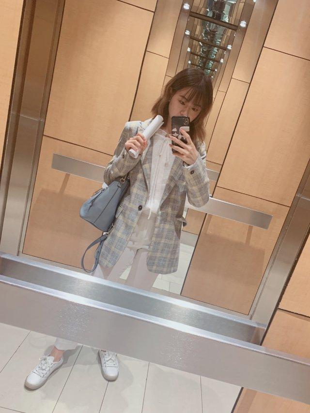 松鼠的面试穿搭-浅灰色格子西装搭配一身白