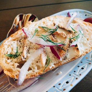 【夏季轻食】黑麦面包上的沙丁鱼和奶油奶酪...
